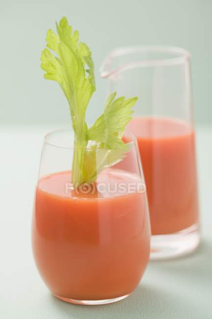 Bicchiere di succo di carota con sedano — Foto stock