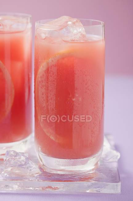 Two glasses of pink grapefruit juice — Stock Photo