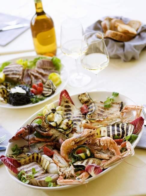Plateau de grillades de poissons et de légumes — Photo de stock