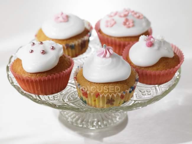 Vários cupcakes decorados e gelados — Fotografia de Stock