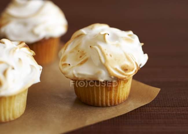 Cupcakes cobertos com merengue queimado — Fotografia de Stock