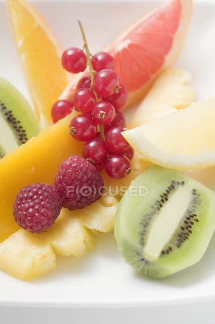 Нарізані свіжі фрукти і ягоди — стокове фото