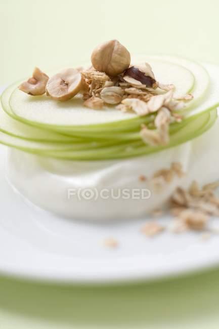Yogur con rebanadas de manzana - foto de stock