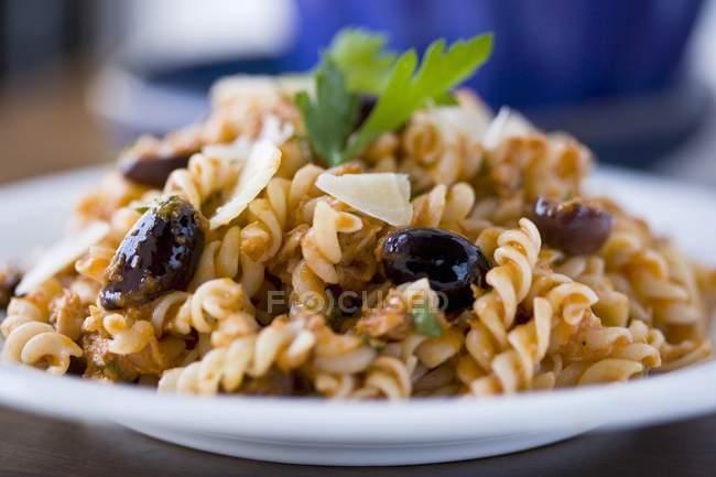 Fusilli паста з томатним соусом Каламата — стокове фото