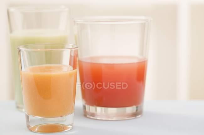 Drei verschiedene Säfte in Gläsern — Stockfoto