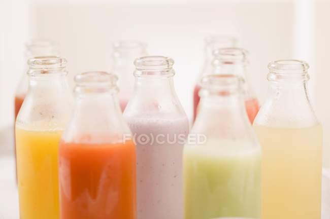 Diverse verschiedene Säfte in Flaschen — Stockfoto