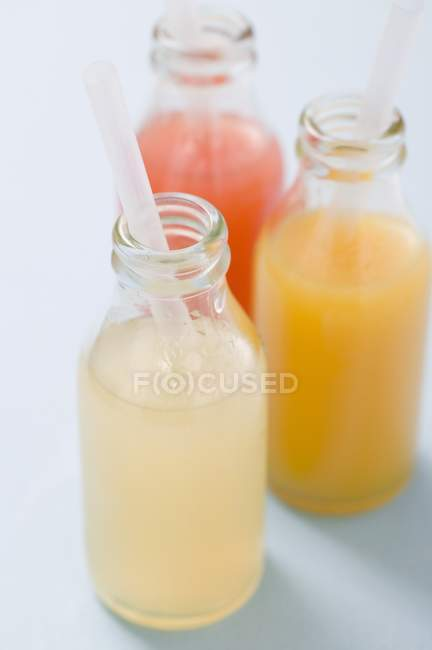 Drei Säfte in Flaschen — Stockfoto