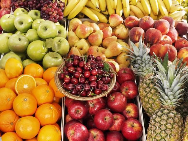 Фрукти і червоні вишні на тарілку — стокове фото