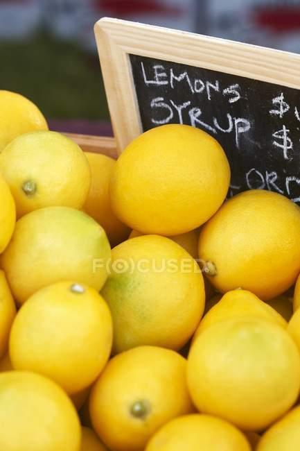 Органические лимоны на рынке — стоковое фото