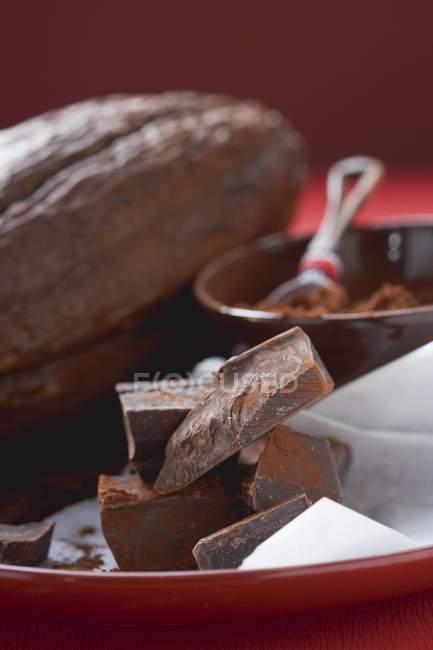 Trozos de chocolate y cacao - foto de stock
