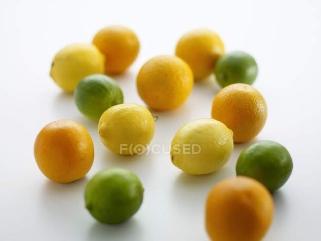 Лимони, лайми та апельсинами — стокове фото