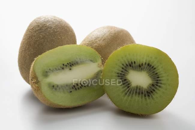 Плоды киви, целый и половинки — стоковое фото