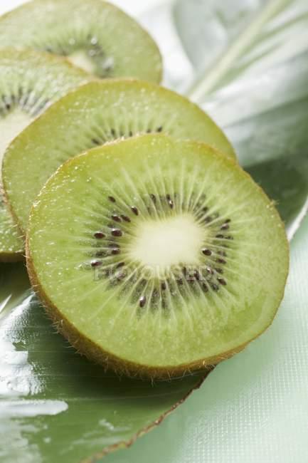 Varias rodajas de la fruta de kiwi - foto de stock