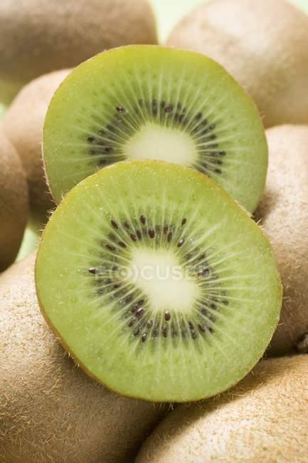 Dos rebanadas de fruta de kiwi - foto de stock