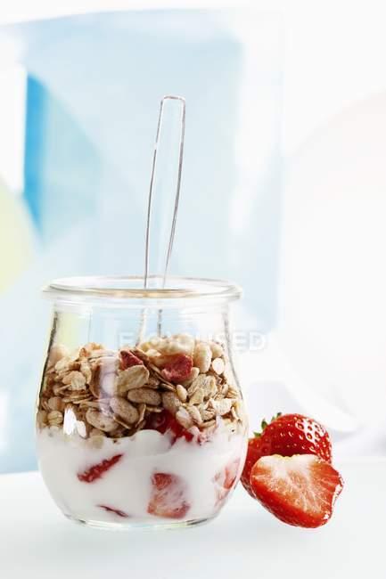 Yogur con muesli y fresas - foto de stock