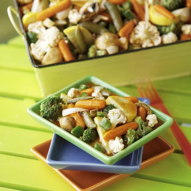 Тушеные овощи в азиатских соусом; На сложены пластины — стоковое фото