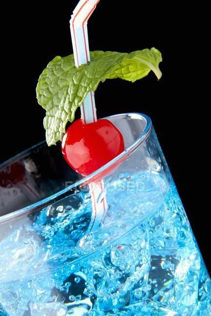 Cerise au marasquin dans un cocktail oasis — Photo de stock