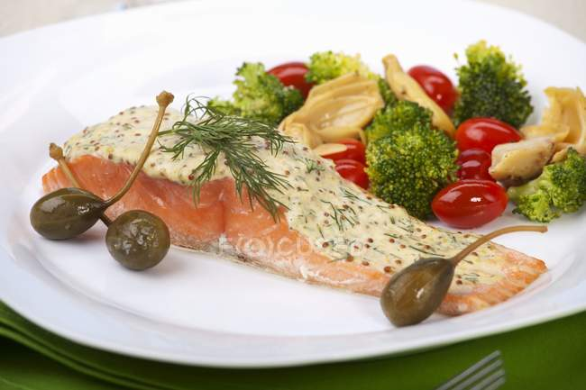 Salmon fillet with mustard and dill sauce — Stock Photo