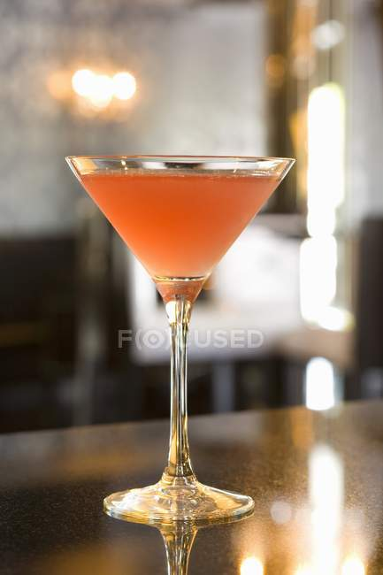 Glass of cosmopolitan cocktail — Stock Photo