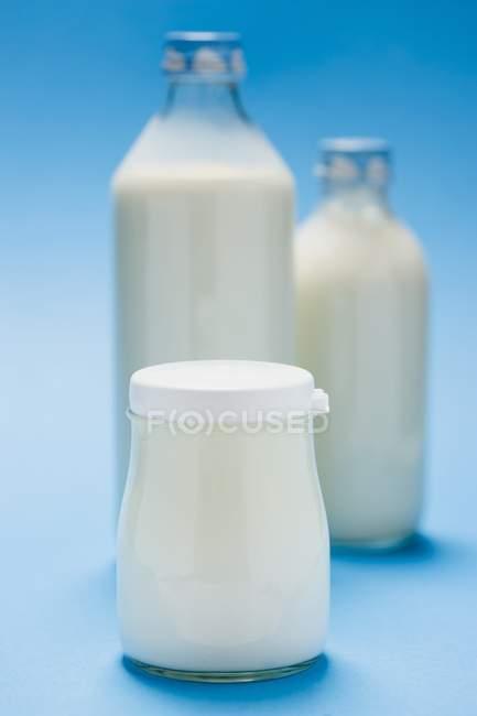 Натуральный йогурт в банке — стоковое фото