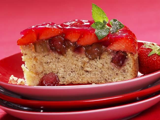 Ревеневый и клубничный торт — стоковое фото