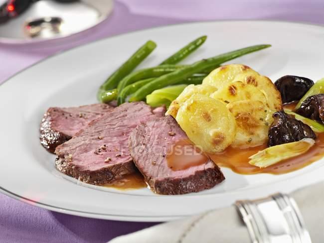 Carne de res con ralladura de patata - foto de stock
