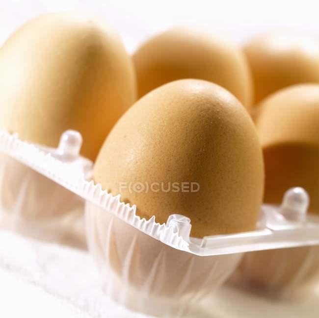 Varios huevos marrones - foto de stock