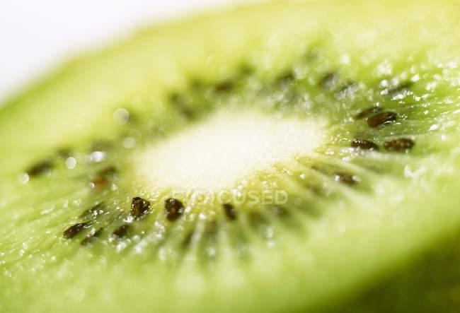 Eine halbe Kiwi — Stockfoto