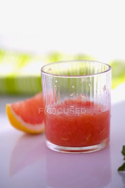 Revestimiento de pomelo en vidrio - foto de stock