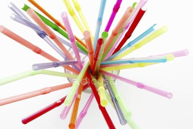 Gros plan vue de dessus de pailles colorées dans un verre — Photo de stock