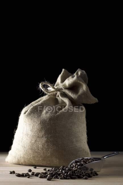 Saco de granos de café con cucharada - foto de stock