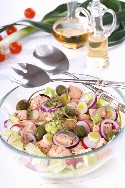 Insalata di salmone in ciotola di vetro — Foto stock