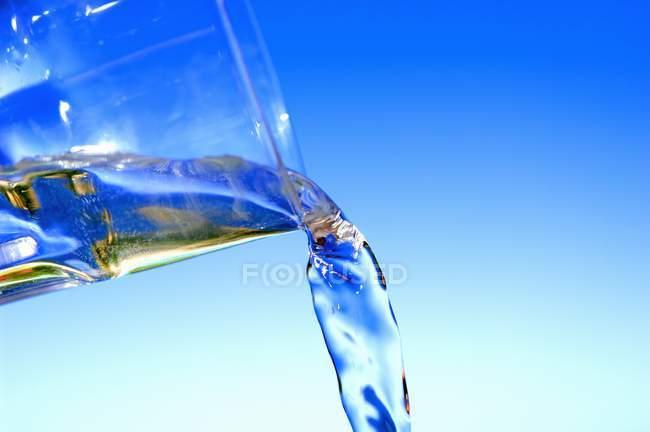 Налив води зі склянки — стокове фото