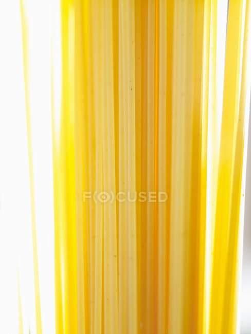 Пакет сушеных спагетти — стоковое фото
