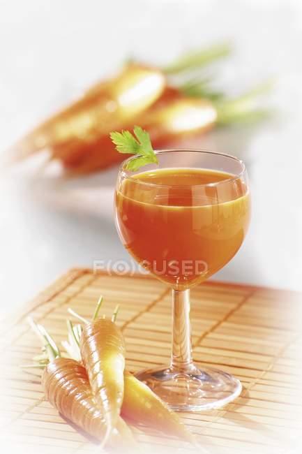 Succo di carota in vetro — Foto stock