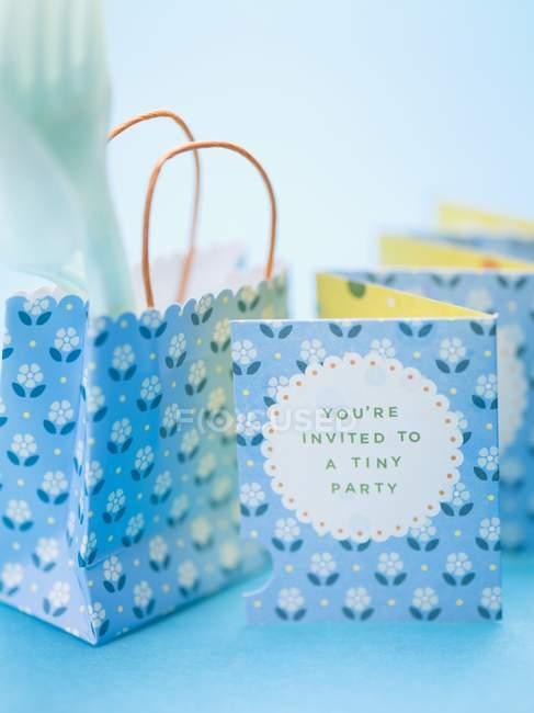 Vista ravvicinata dell'invito alla festa con sacchetto di carta e forchetta — Foto stock