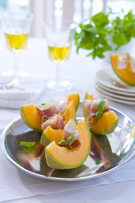 Melon aux entrées de jambon — Photo de stock