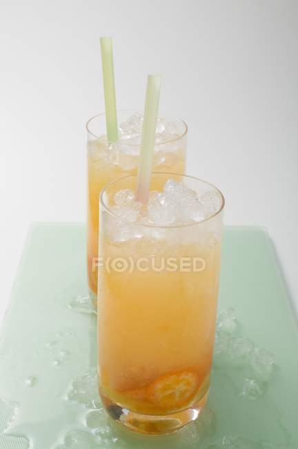 Two fruity drinks with kumquats — Stock Photo