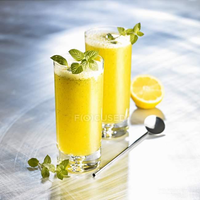 Orange drinks with honey — Stock Photo