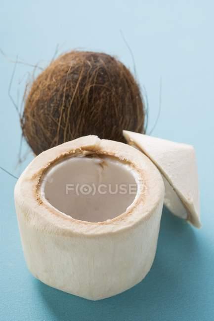 Весь свежий кокосовый и плоть — стоковое фото