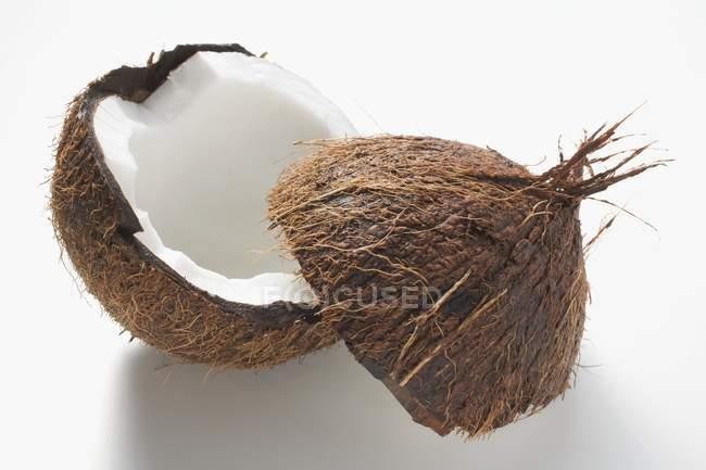 Свежий половинки кокоса — стоковое фото