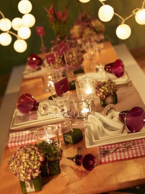 Vista elevada inclinado de puesto mesa decorada con flores y etiquetas - foto de stock
