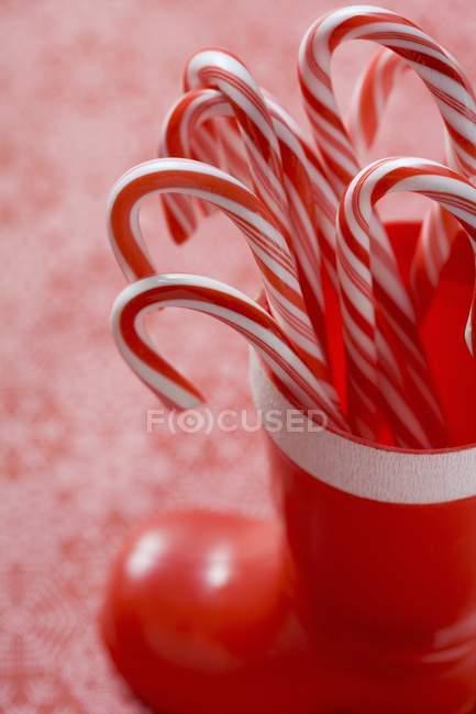 Cannes à bonbons en botte en plastique — Photo de stock