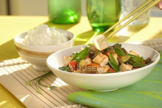 Тофу и овощи с рисом — стоковое фото