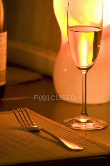 Nahaufnahme der Tischdekoration mit Tischmatte, Gabel und Glas — Stockfoto