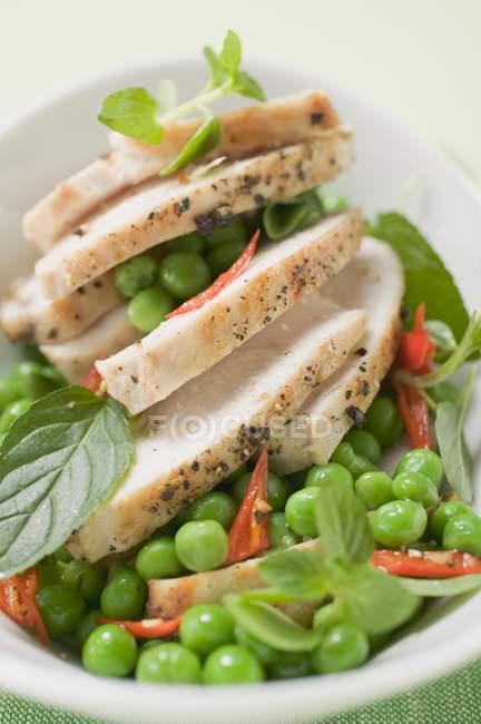 Poitrine de poulet aux petits pois — Photo de stock