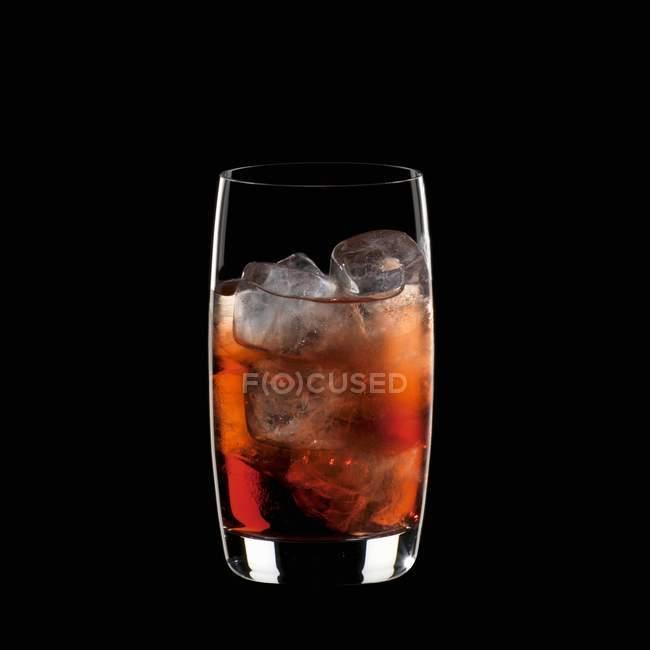 Campari Soda con cubitos de hielo - foto de stock
