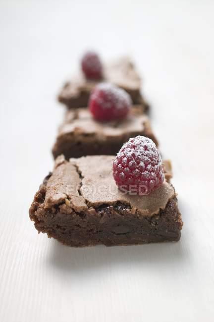 Fila di brownies con lamponi — Foto stock