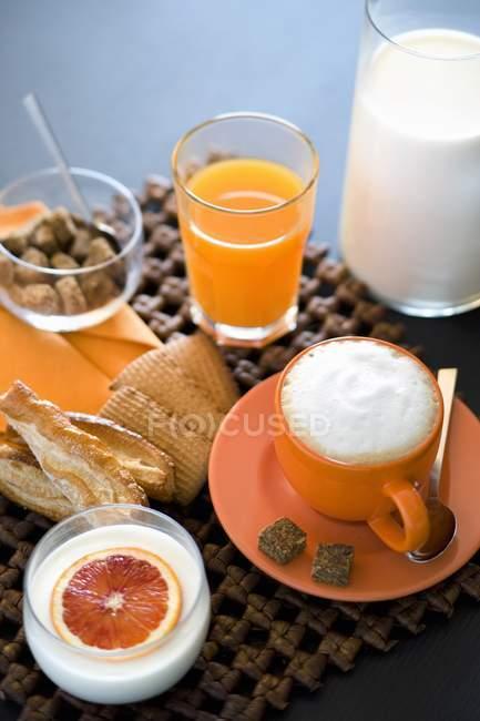 Italienisches Frühstück am Tisch — Stockfoto