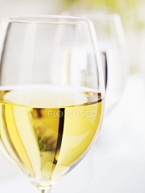 Due bicchieri di vino bianco — Foto stock